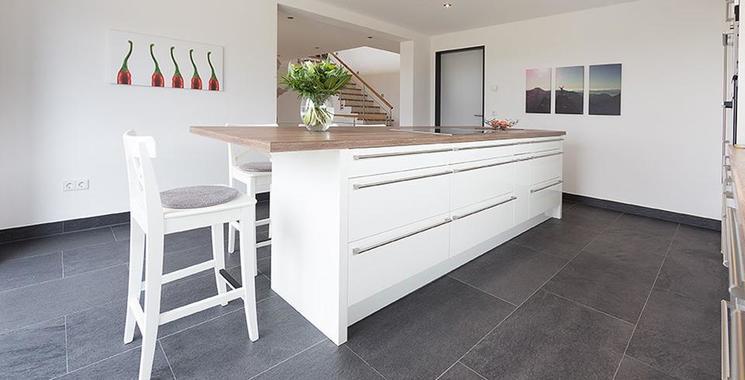 dunkle Bodenfliese in der Küche