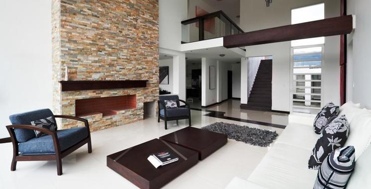 Natursteinwand im Wohnzimmer als Akzentwand