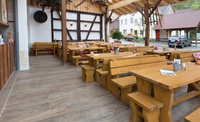 Rustikaler Biergarten Rössle Häringen - Holzfliesen aus Feinsteinzeug