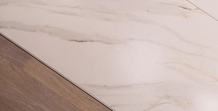 Schöne weiße Fliese in Marmor-Optik verlegt im Bad im Detail Boden