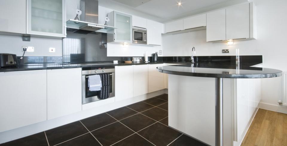 Beton und Holz wird in dieser Küche kombiniert