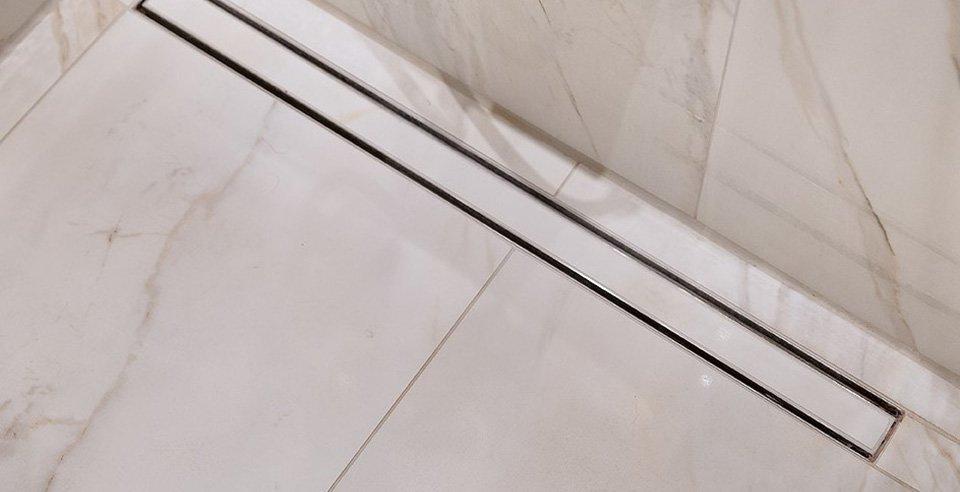 Schöne weiße Fliese in Marmor-Optik verlegt im Bad im Detail begehbare Dusche