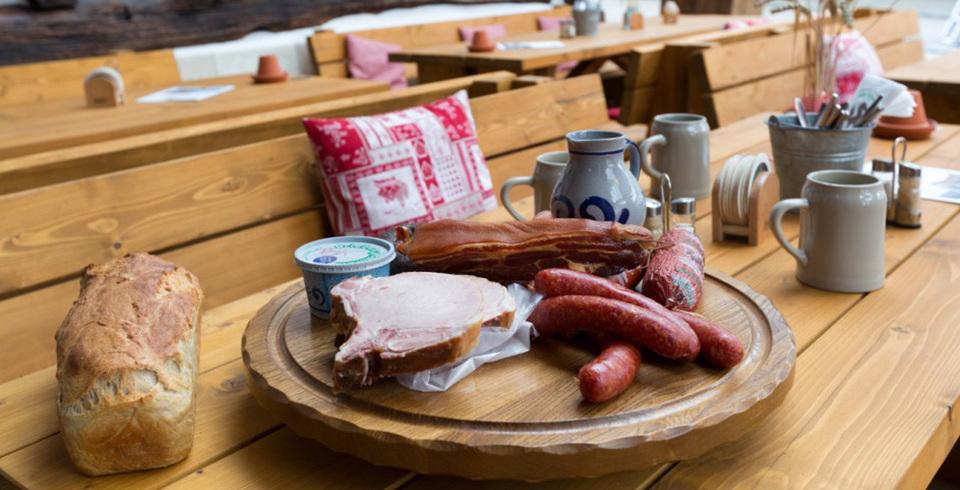 Essen und Trinken beim Referenzkunde Alber im Rössle in Häringen - Fliesentrend Holzoptik