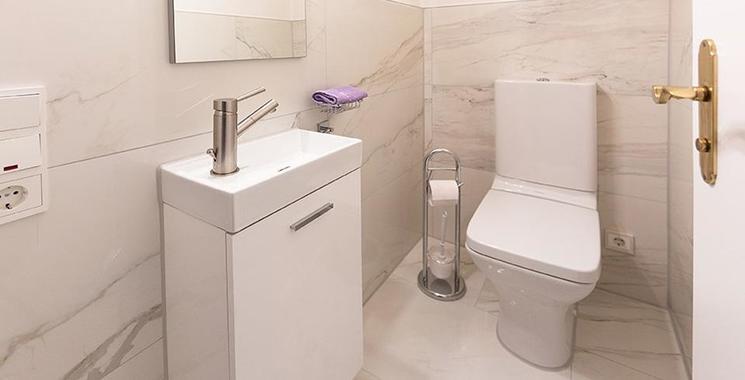 Schöne weiße Fliese in Marmor-Optik verlegt im Gäste WC