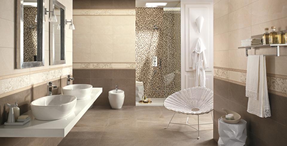 Naturstein an Wand und Boden mit passendem Mosaik und Bordüre