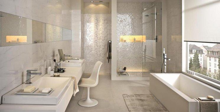 Mosaik und Marmor Fliesen von Kemmler passend kombiniert im Badezimmer
