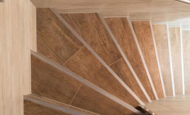 Selbst die Treppen und Toiletten sind mit Fliesen im Holzdielenlook verlegt