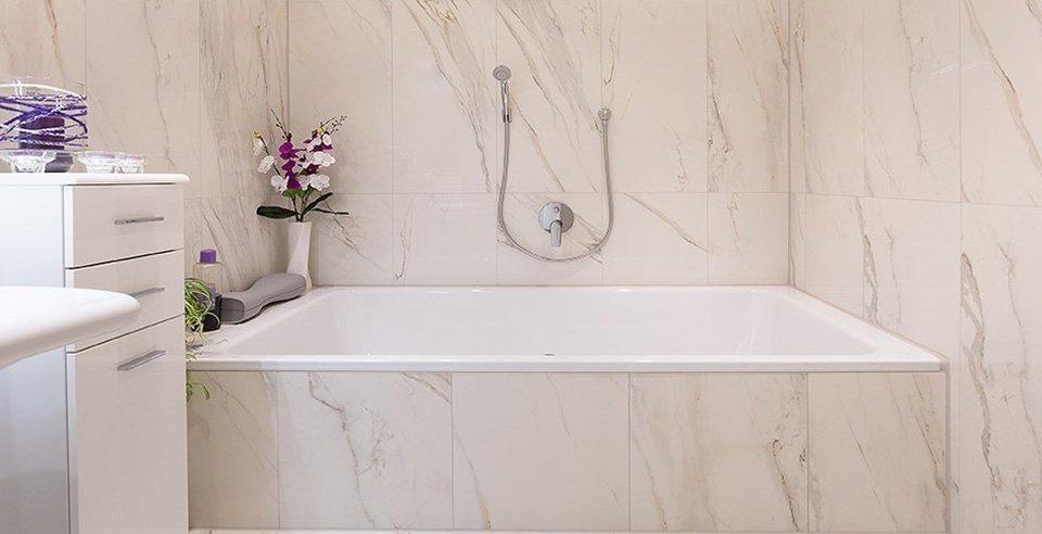 Schöne weiße Fliese in Marmor-Optik verlegt im Bad