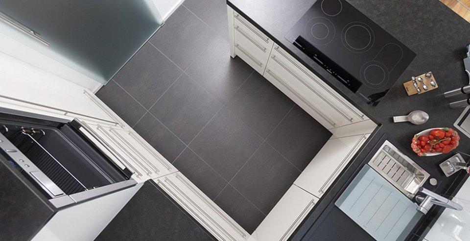 schwarze Bodenfliese in der Küche