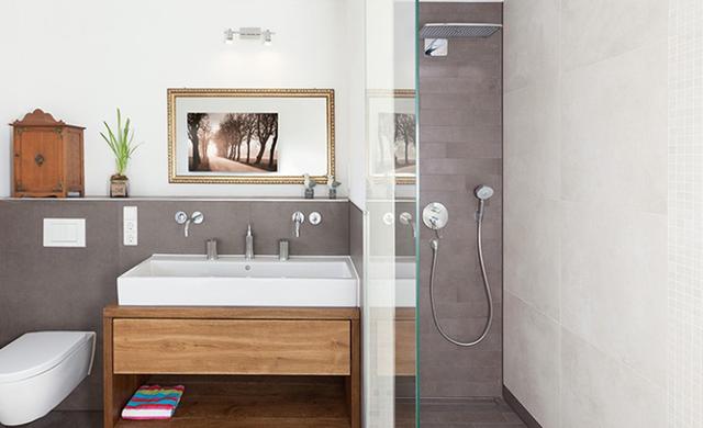 badezimmer mit fliesen in schwarz und wei. Black Bedroom Furniture Sets. Home Design Ideas