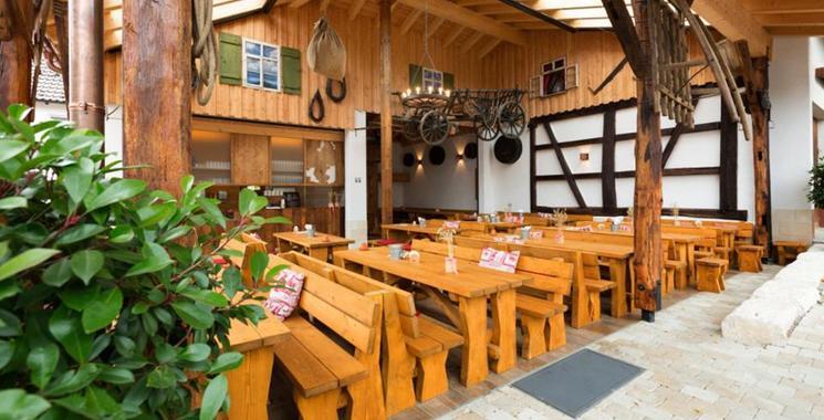 Natur pur gemütlich draußen sitzen im Biergarten auf  Holzbänken mit Fliesen im Rössle