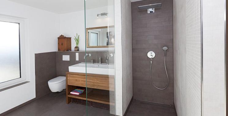 graue zementoptikfliese in der begehbaren dusche
