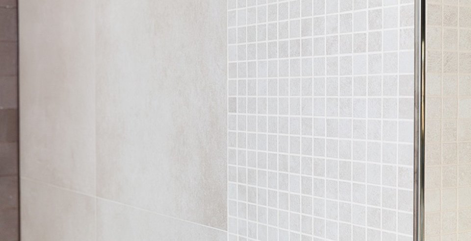 Wandfliese und Mosaik kombiniert