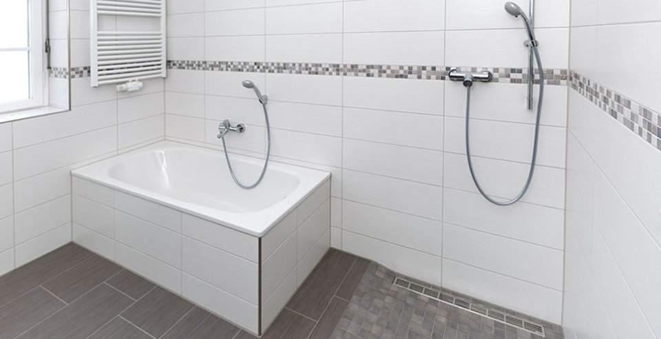 Bad mit fliesen und Mosaik in weiß und grau