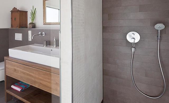 begehbare dusche in betonoptik
