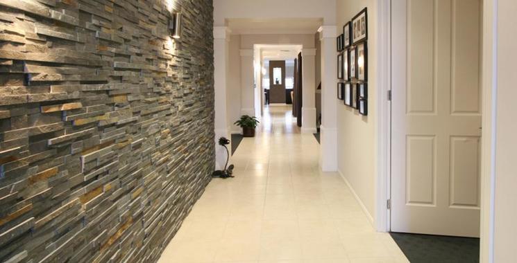 Rustikale Wand mit naturstein-verblender im hausflur
