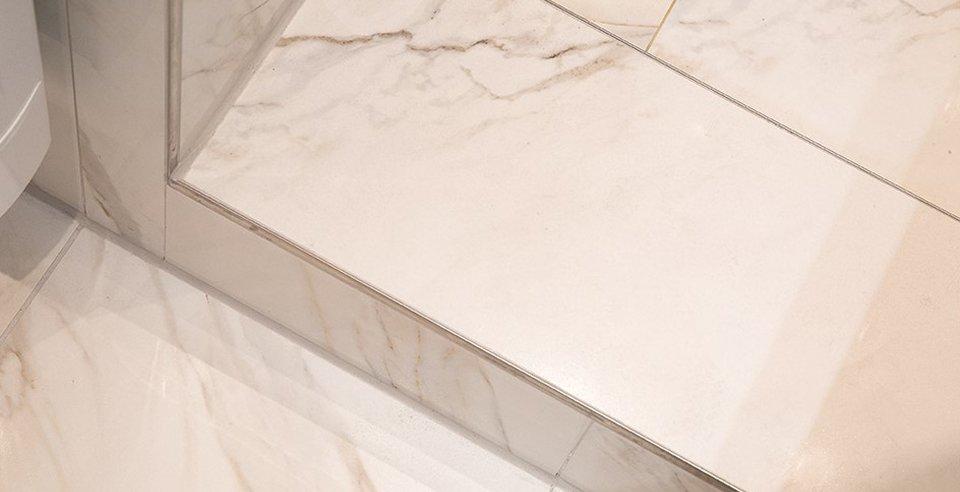 Schöne weiße Fliese in Marmor-Optik verlegt im Bad im Detail