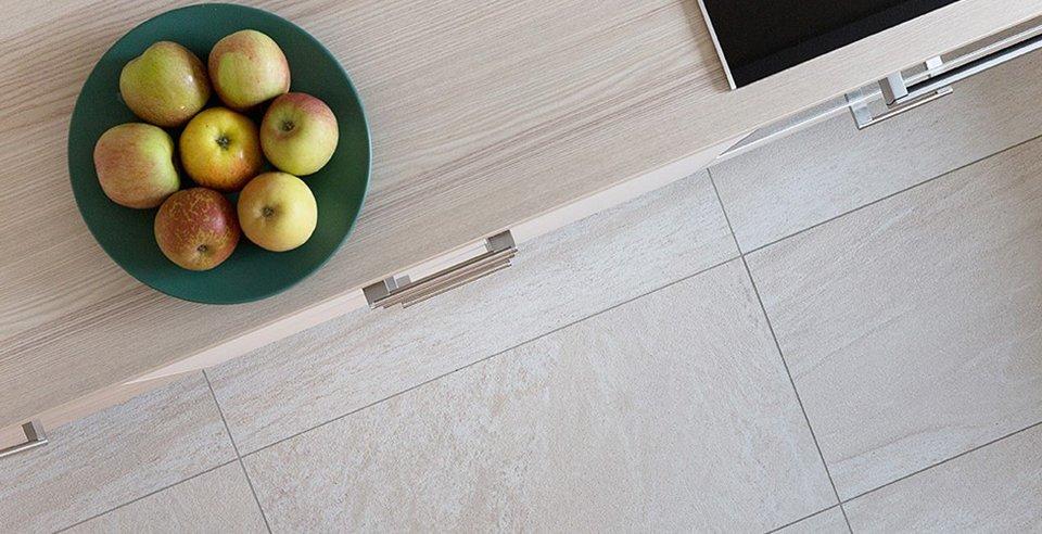 Die Bodenfliese harmoniert mit der Arbeitsplatte der Küche