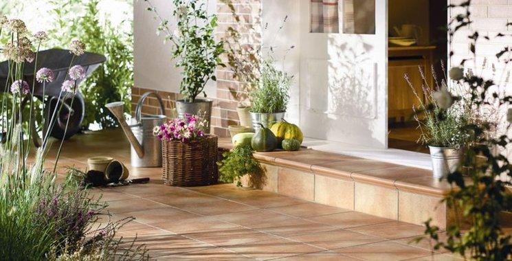 Eingangsbereich im Landhaus-Look mit Fliesen in  Cottoton