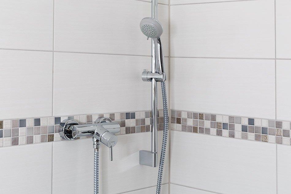 Mosaik und Wandfliese passend in der Dusche verlegt