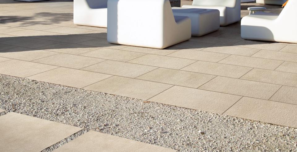 Terrassenplatten für eine Lounge in beige