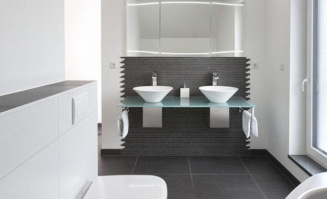 schwarz weiße Fliesen im Badezimmer