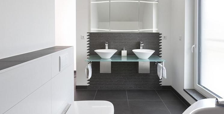Badezimmer mit Fliesen in schwarz und weiß