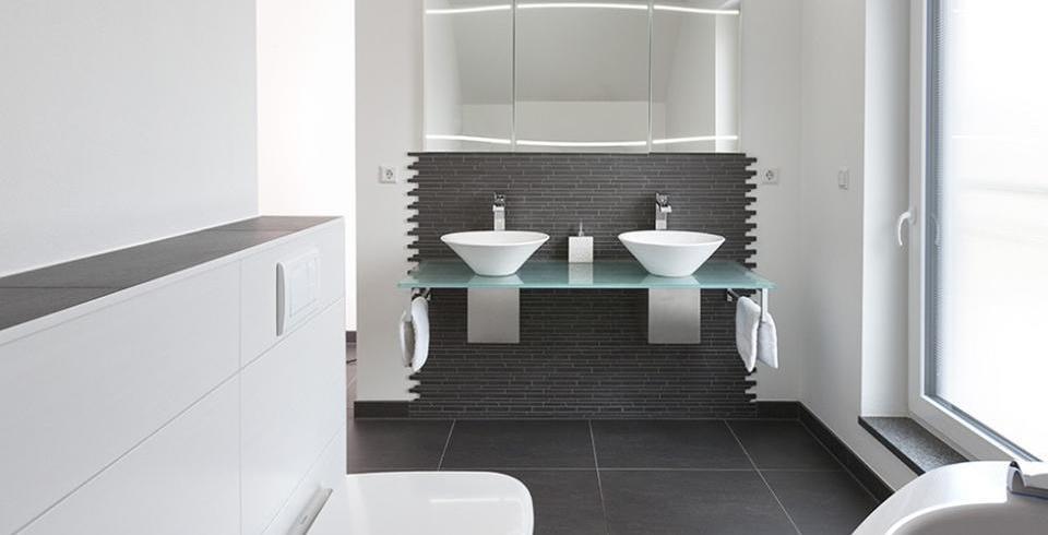 Badezimmer mit fliesen in schwarz und wei for Fliesen badezimmer schwarz