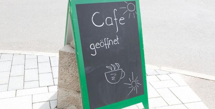 Cafe und Sonnenterrasse laden zum Verweilen ein.