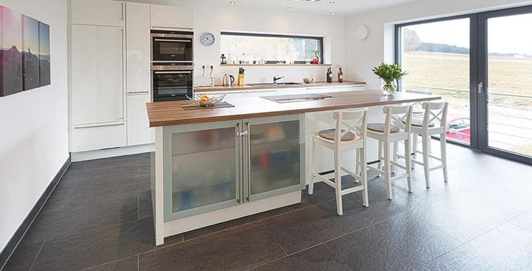 Dunkler Boden in der Küche