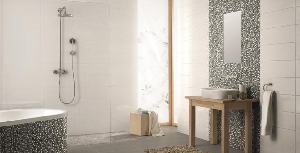 Dunkle Mosaike an der Badewanne