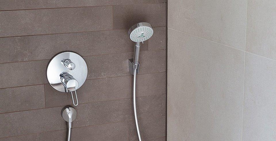 moderne Dusche im Betonlook