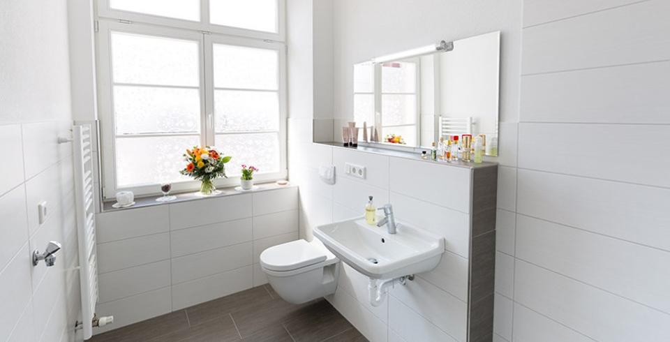 weißes Bad mit Holzoptik-Fliesen