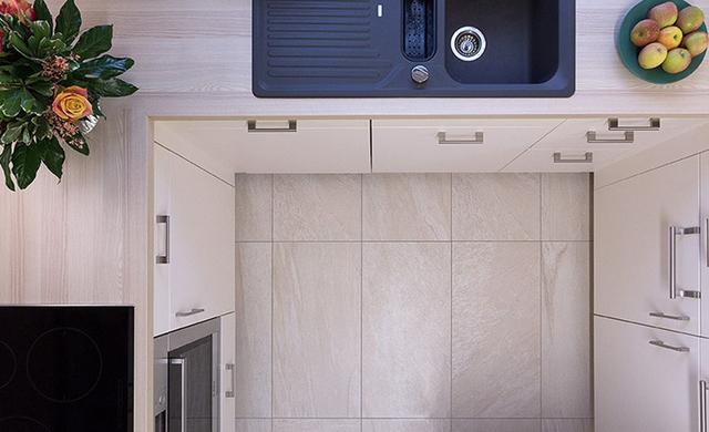Der Boden in der Küche wirkt edel und modern