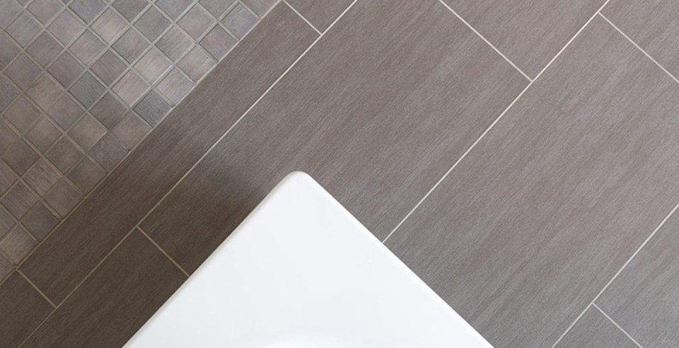 Mosaik und fliese in kombination verlegt im badezimmer