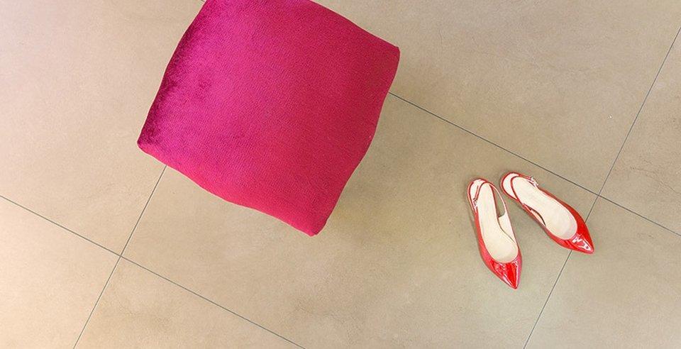Rote Schuhe auf Bodenfliese