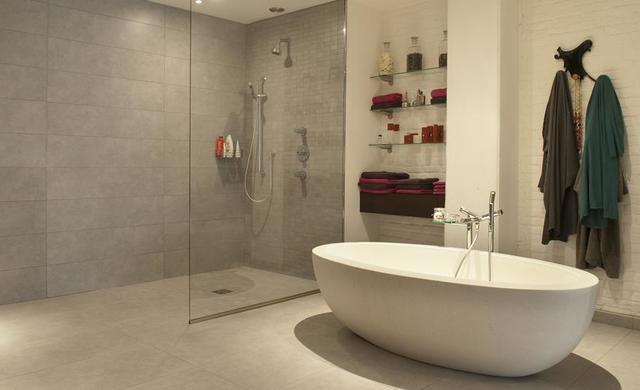 betonoptik-fliesen im badezimmer mit begehbarer dusche