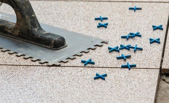 Fliesenkreuze dienen einem gleichmäßigen Fugenbild
