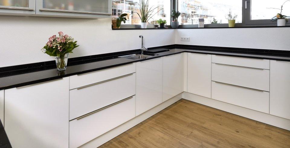 Küchenzeile mit Holzboden aus Fliesen