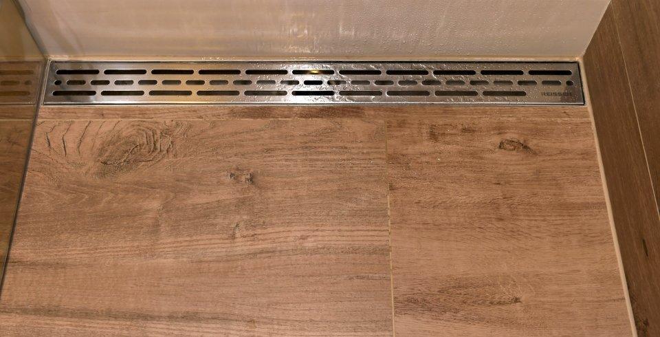 ablaufrinne in dusche mit holzoptikfliesen sehr modern