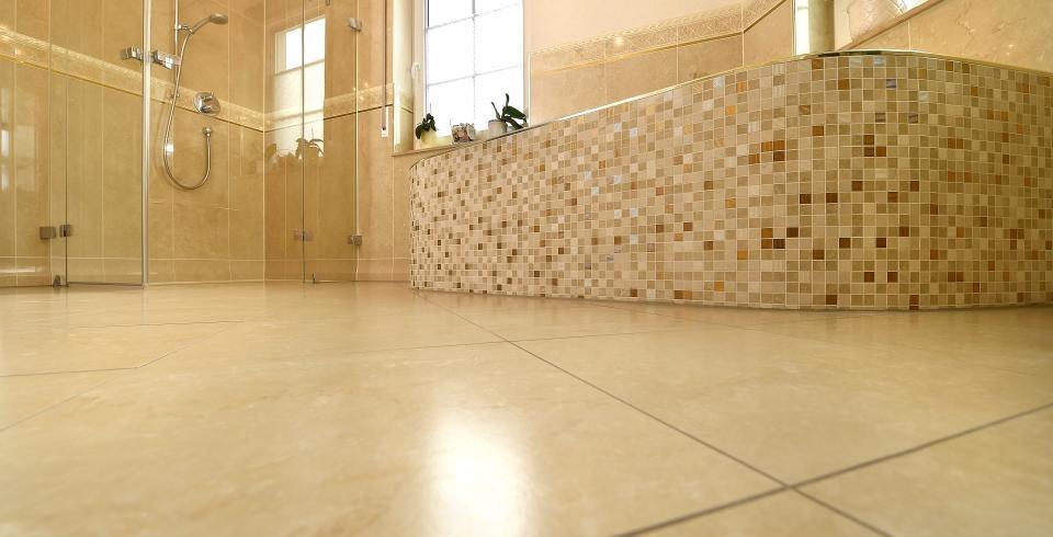 Freistehende Badewanne mit Mosaik verlegt