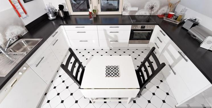 Moderne Küche in schwarz-weiß