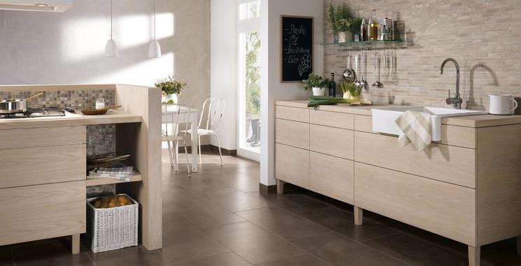 landhausküche mit beigen mosaik
