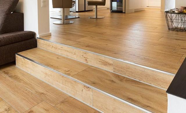 Treppe mit Holzoptikfliesen verlegt