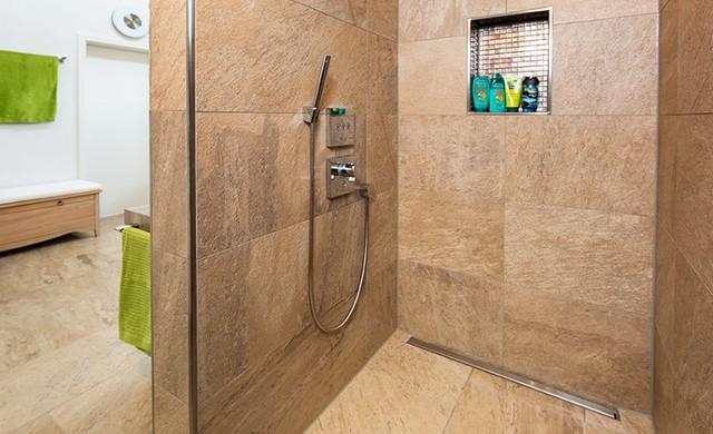 großformatige fliese in begehbarer dusche