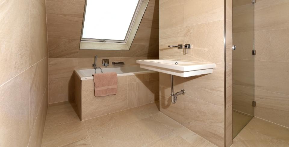 gro e fliegen im badezimmer inspiration. Black Bedroom Furniture Sets. Home Design Ideas