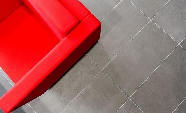 gro z giges loftambiente mit betonoptikfliesen. Black Bedroom Furniture Sets. Home Design Ideas