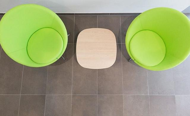 moderne sitzecke mit betonfliesen