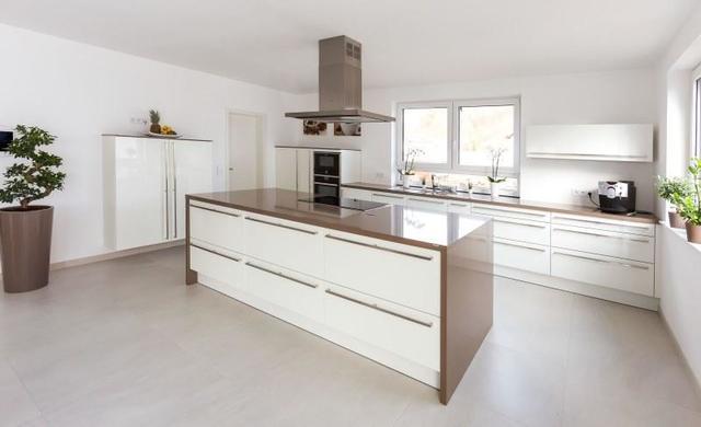 Küche mit beigen großformatigen Betonoptikfliesen