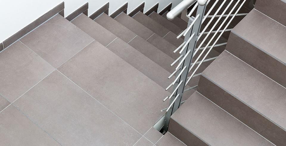 betonoptikfliese im treppenhaus